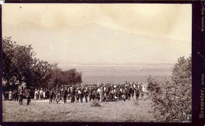 A gathering held in Bardsdale in 1890. The crowd is looking across the Santa Clara River towards Fillmore.