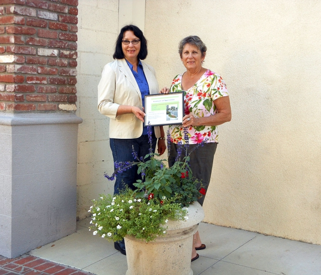 Michele Smith, president of Fillmore Women's Service Club, receiving an award of appreciation from Linda Nunes, member of Vision 2020, Civic Pride Committee.