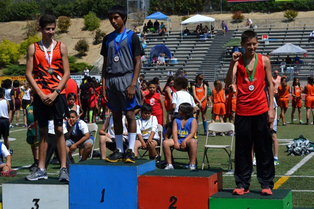 (middle) 1st place Mauricio Flores in the 800m