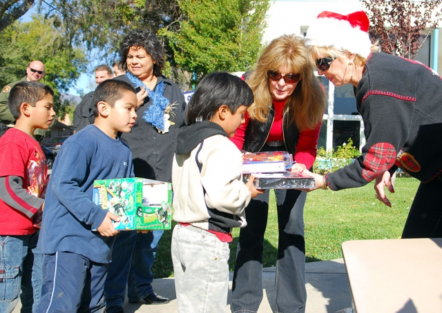 "On Tuesday and Wednesday, December 17 & 18, ""Support For The Kids Foundation"" handed out hundreds of Christmas gifts to every student at Piru and San Cayetano Elementary. Food items for some of the families were also provided. Shown center is founder of SFTK Foundation Lynda Miller of Westlake Village, who was the driving force behind the giveaway. The Support for the Kids Foundation has continually provided numerous academic and art fieldtrips to students and families, as well as, shoes, clothing, furniture, toys, computers, etc. to families in Fillmore and Piru for three years (through the Dr. Neil Schmidt Fillmore Family