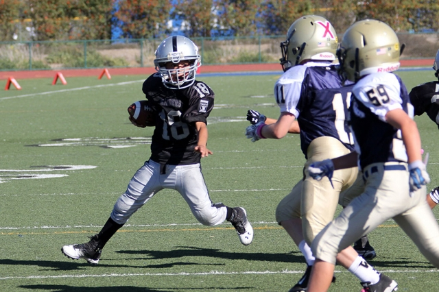 Raiders bantam black #18 runs for a 2point conversion
