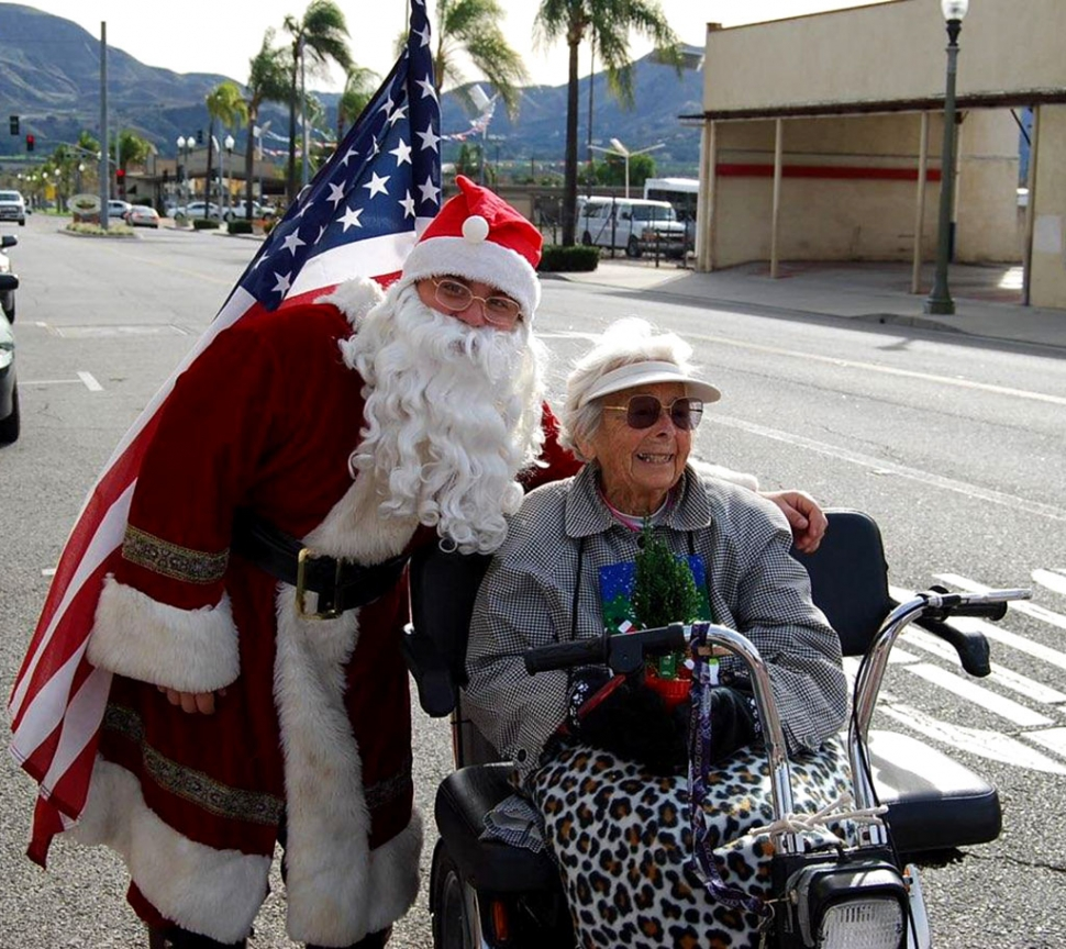On Friday December 20th Santa visited Diamond Reality to give the children of Fillmore cookies, cocoa and gifts. He found Mrs. Data, 102 years young, outside and wished her a very Merry Christmas.