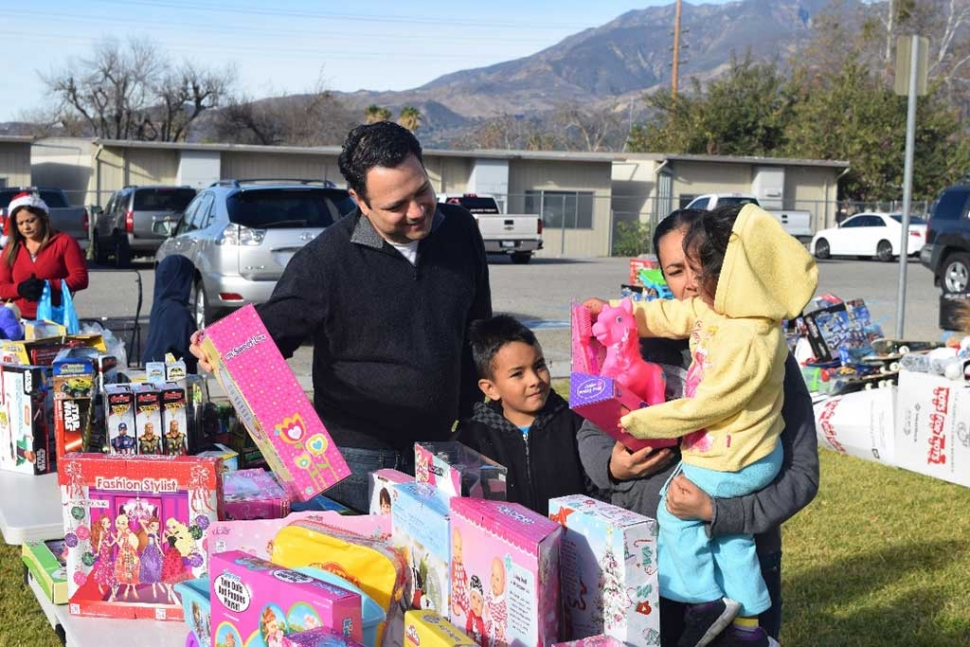 VC Board of Supervisor Candidate Jesus Torres hands out turkeys and toys to Fillmore residents.